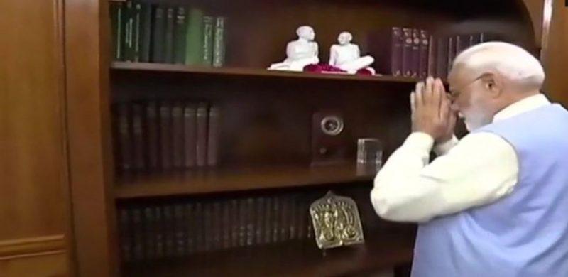 पीएमओ में गांधी, पटेल की प्रतिमा पर पुष्प अर्पित कर पीएम नरेंद्र मोदी ने संभाला कार्यभार