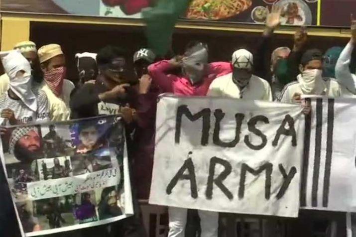 कश्मीर में ईद की नमाज के बाद आईएस के झंडे के साथ सड़कों पर उतरे लोग